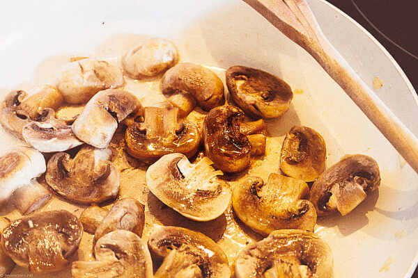 Heat the remaining tablespoon (15 ml) of oil in the same skillet. Add the mushrooms and leave them for a minute to brown on one side before stirring and continuing to fry. Once browned all over, transfer to the bowl with the onion