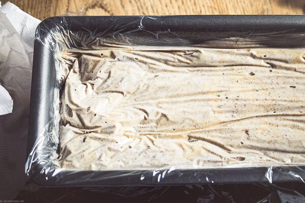 Now pour the rest of the coconut milk + agave + vanilla + cookie crumble mix from the blender, and cover tightly with cling film. Place in the freezer for 30 minutes.