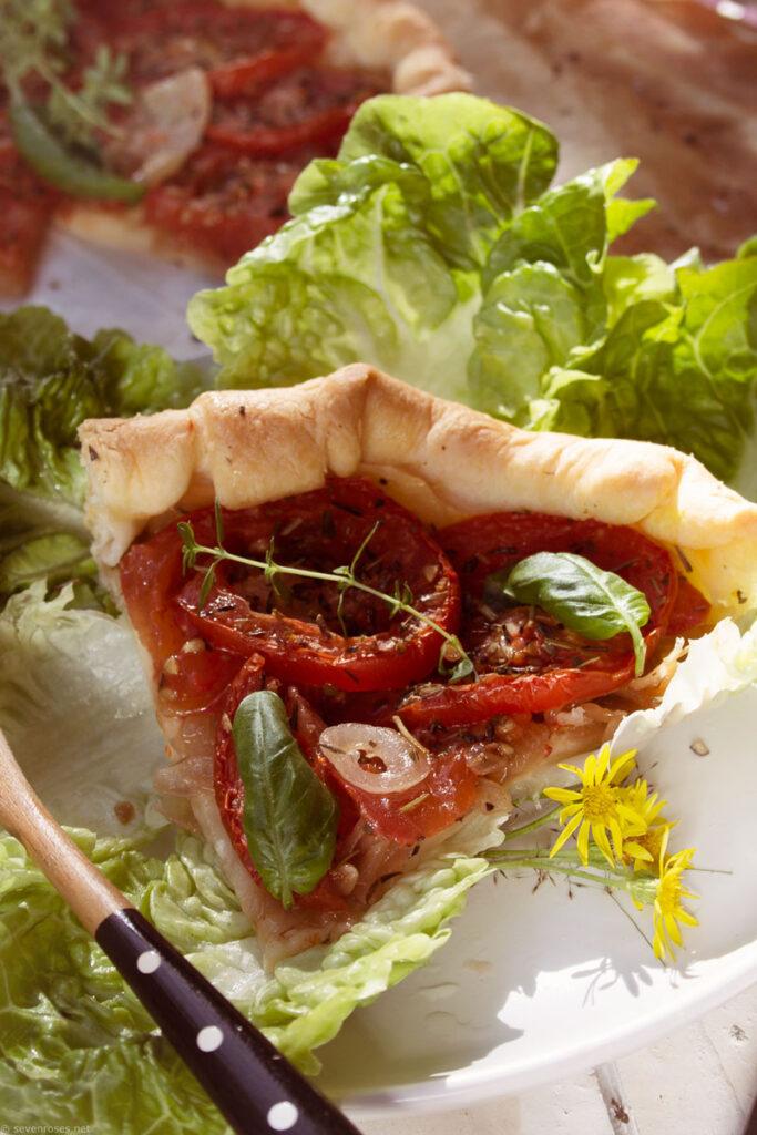 Vegan rustic tomato tart - slice